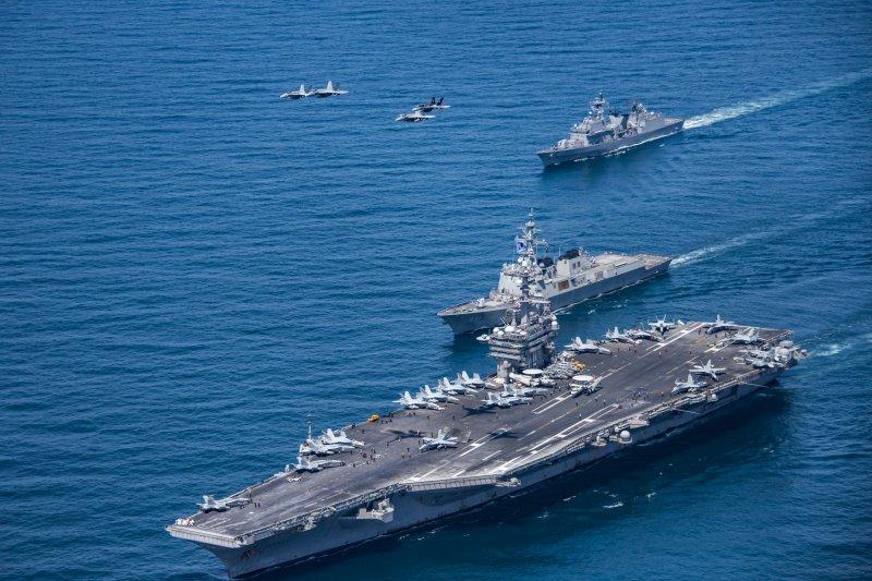 路透社報導,美國官員表示,美國正考慮派遣軍艦通過台灣海峽。圖為美軍卡爾文森號(USS Carl Vinson)航空母艦。(資料照,美聯社)