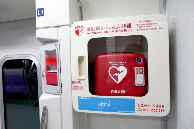 台鐵列車廂目前無AED,台鐵承諾,待新採購的車輛—如城際列車,都會全面要求加裝,希望將其列為標準配備,圖為桃捷列車車廂中的AED。(圖/桃捷公司提供)