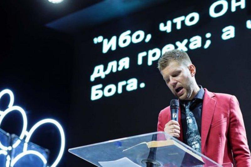 牧師葉夫根尼·皮瑞斯夫托夫宣稱宗教可以「治療」同性戀。(BBC中文網)