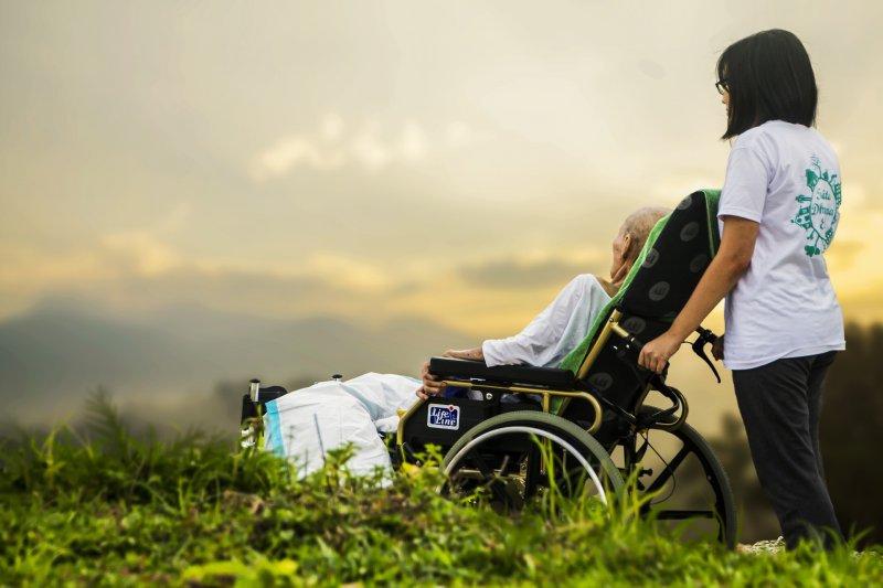 目前全國已有42多萬人,完成《安寧緩和醫療條例》,但求有朝一日,自己能夠不白白受苦地劃下人生句點,同時註記在健保IC卡上。(取自Pixabay)
