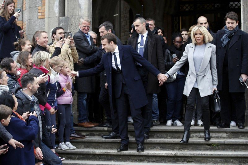 馬克宏一反法國政壇習慣,時常帶著妻子布莉姬特出席造勢場合。(美聯社)