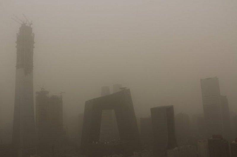 5月4日,北京的天際線陷入沙塵暴。(BBC中文網)