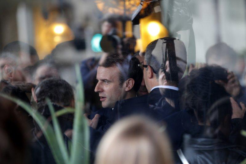 法國總統候選人馬克宏團隊5日遭駭客攻擊,許多文件流傳到網路上。(美聯社)