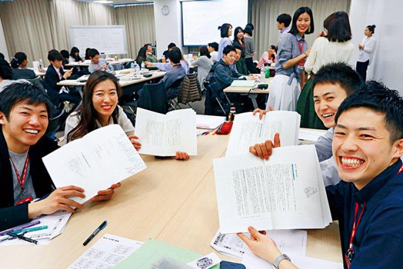 優衣庫員工不分國籍,大約1 萬人擁有這本翻譯成8 國語言的《經營者養成筆記》,是每個儲備幹部必須反覆熟習、實踐的重要一課。(攝影楊文財)