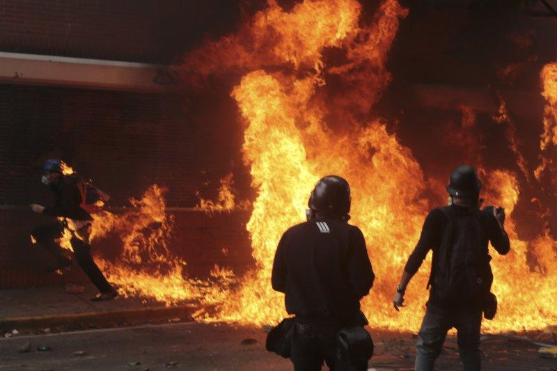 抗議馬杜洛修憲的民眾在委內瑞拉街頭引發大火。(美聯社)