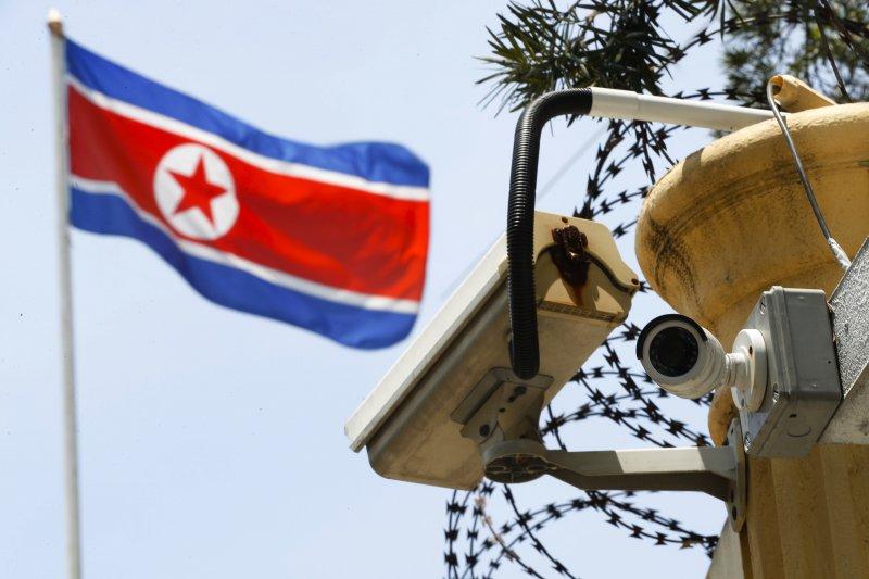 馬來西亞北韓大使館升起的國旗。(美聯社)