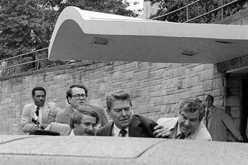 雷根總統中彈,胸部受傷。他被一位秘密警察硬推進轎車。總統在後排座位上坐好之後,轎車迅速駛向醫院。