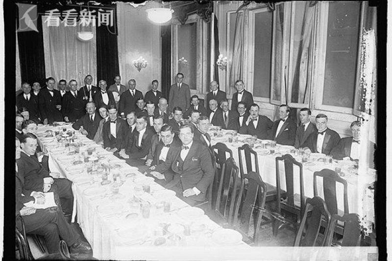 柯立芝在1924年成為第一位參加該晚宴的總統,從此之後每一屆晚宴基本上皆有總統參加了。圖為1923年的白宮記者協會晚宴情景。(圖片來源:WHCA官網 )