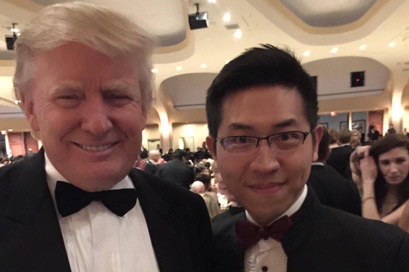 2015年川普(右)出席白宮記者晚宴與白宮記者張經義合影。