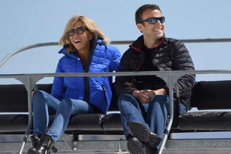 法國總統大選中間派候選人馬克宏與妻子布莉姬特(AP)