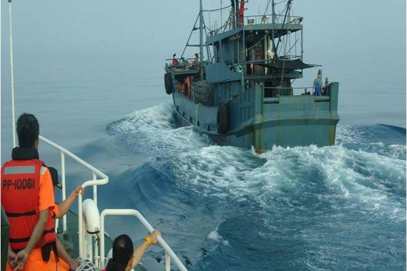 澎湖海巡隊今(6)日清晨查扣陸籍漁船,部分漁工攀爬船舷欲阻止海巡人員登船,意外遭子彈擊傷。(取自行政院海岸巡防署)