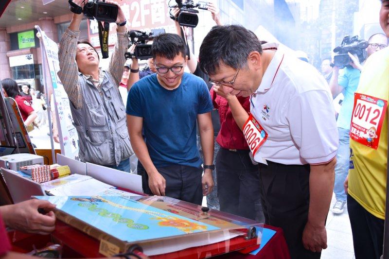 台北市長柯文哲今(6)日出席新光摩天大樓登高賽,會後參訪現場各攤位。(台北市政府提供)