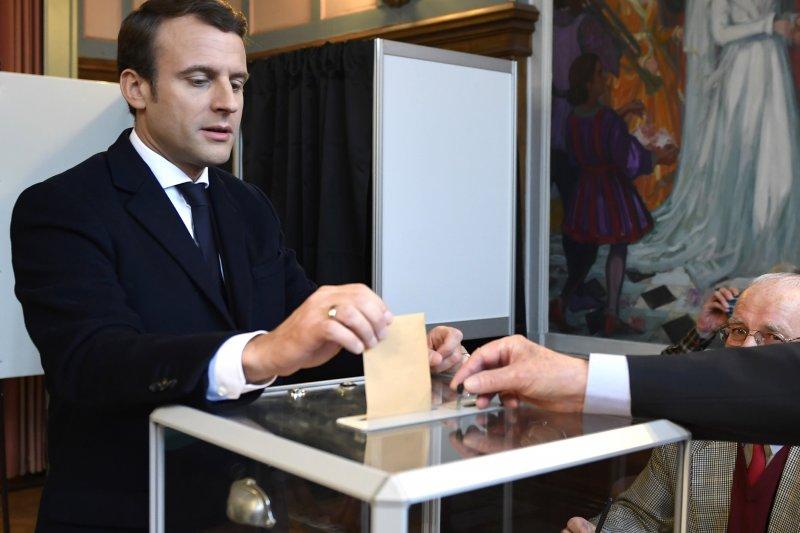 法國總統大選決選:看好勝選的馬克宏投票(AP)
