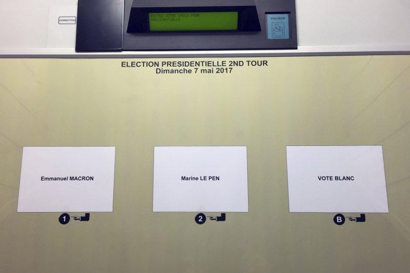 法國總統大選決選:電子投票器上除了馬克宏和勒潘的選項,還有空白選票選項(AP)