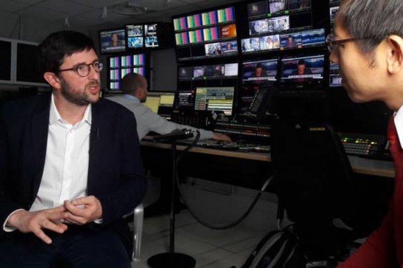 左邊法國電視台總編輯, 右邊記者張經義。