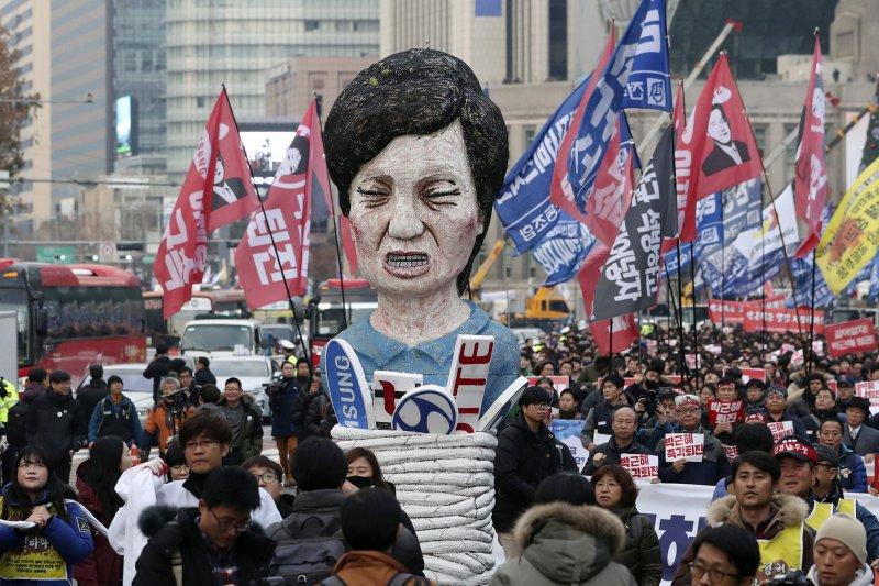 《打破新聞》(KCIJ)總編輯金鎔鎮表示,南韓總統朴槿惠被彈劾,是公眾輿論壓力下導致的結果,如果沒有社群網路的協助,這個抗議運動不可能成功。(資料照,美聯社)