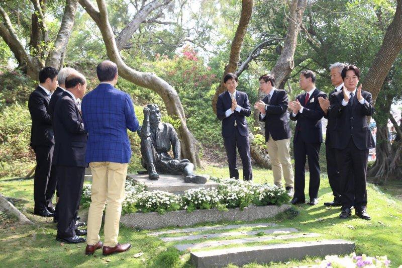 八田與一銅像遭蓄意破壞,台南市長賴清德與八田與一長孫八田修一等人7日出席修復典禮。(取自賴清德臉書)