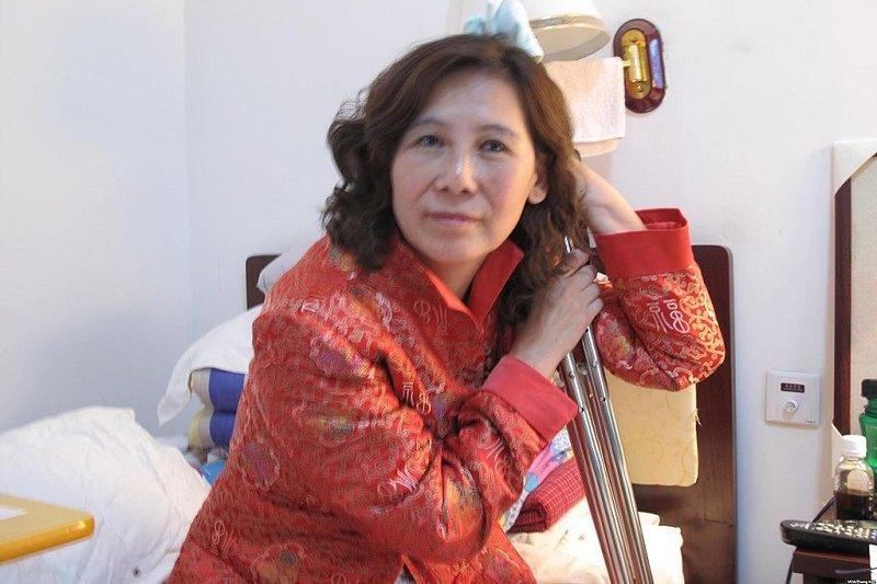 倪玉蘭在 2002年被警拘留毆打到腿骨斷裂,但她坐著輪椅還是要維權。(美國之音張楠/維基百科)