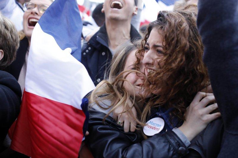 法國總統大選第二輪決選7日(台灣時間8日凌晨)揭曉,中間派候選人馬克宏當選總統,支持者喜極而泣(AP)