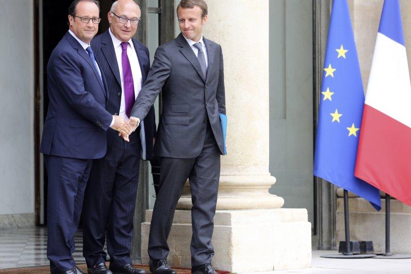 馬克宏(右)曾在奧朗德(左)政府出任2年經濟部長,中間為現任經濟部長薩班(AP)