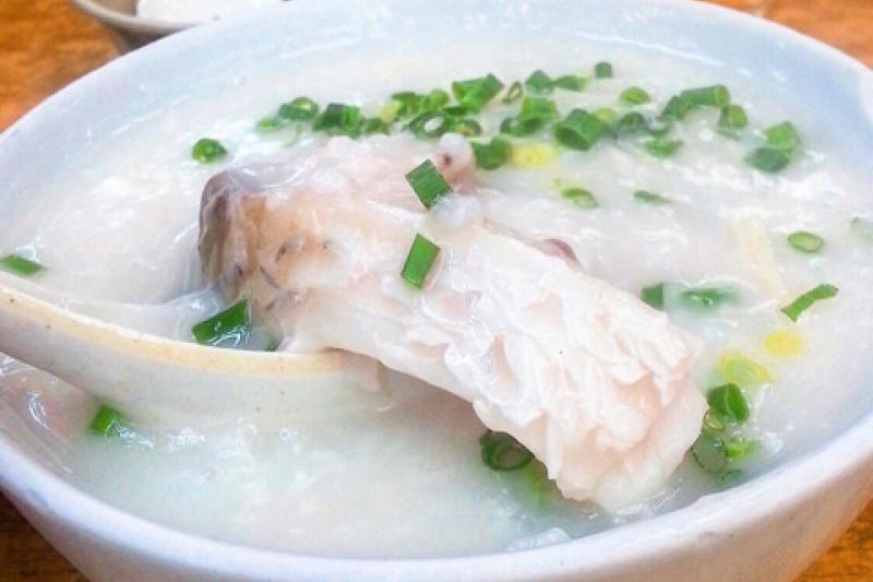 來到香港一定要品嘗道地的魚片粥,風味和台灣的粥大不相同!(圖/KLOOK客路提供)