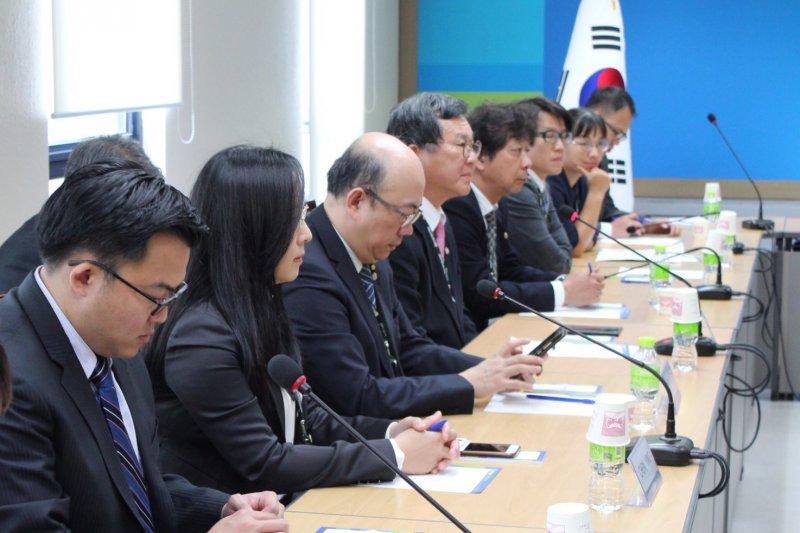 民進黨觀選團今日拜訪南韓民主研究院。(民進黨提供)