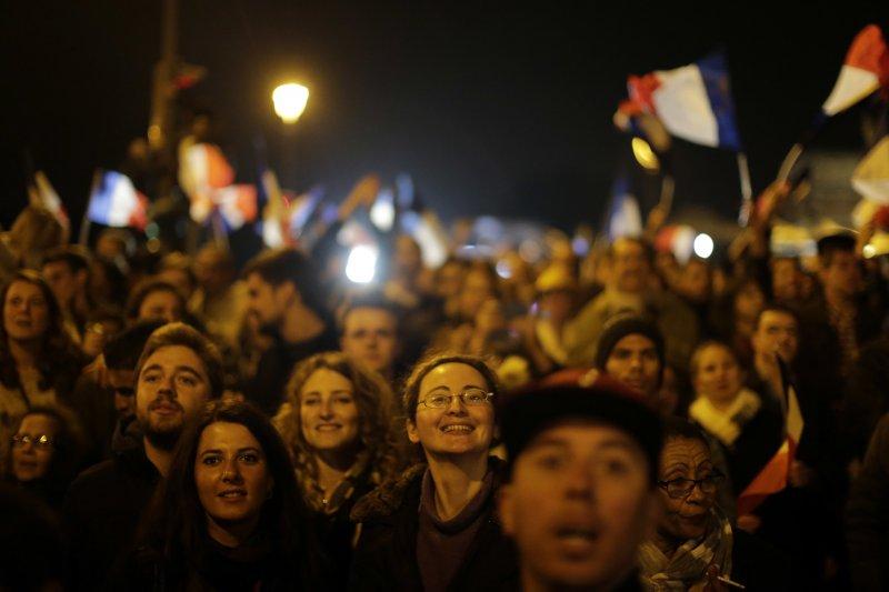 法國總統大選第二輪決選7日(台灣時間8日凌晨)揭曉,中間派候選人馬克宏當選總統,支持者歡欣鼓舞(AP)