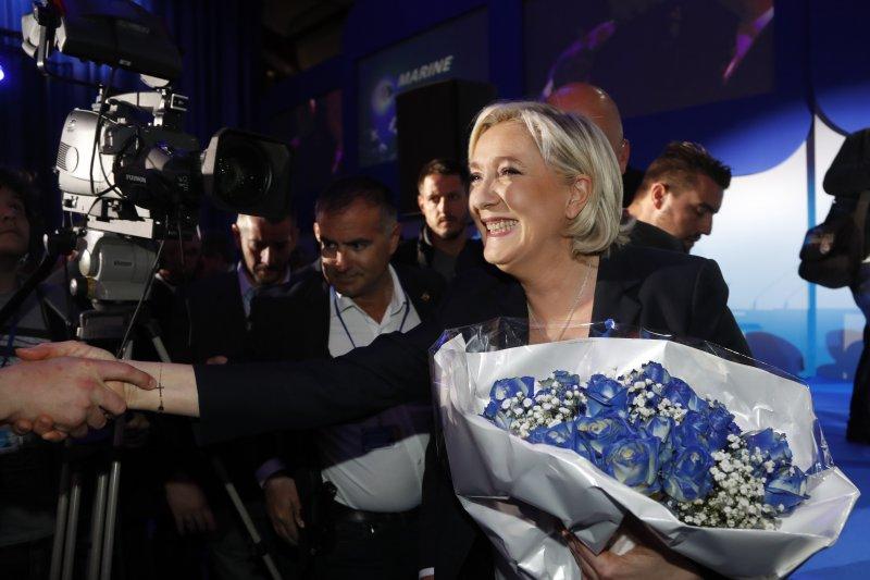 法國極右派政黨「民族陣線」(FN)領導人勒潘的活動場合必有藍玫瑰(AP)