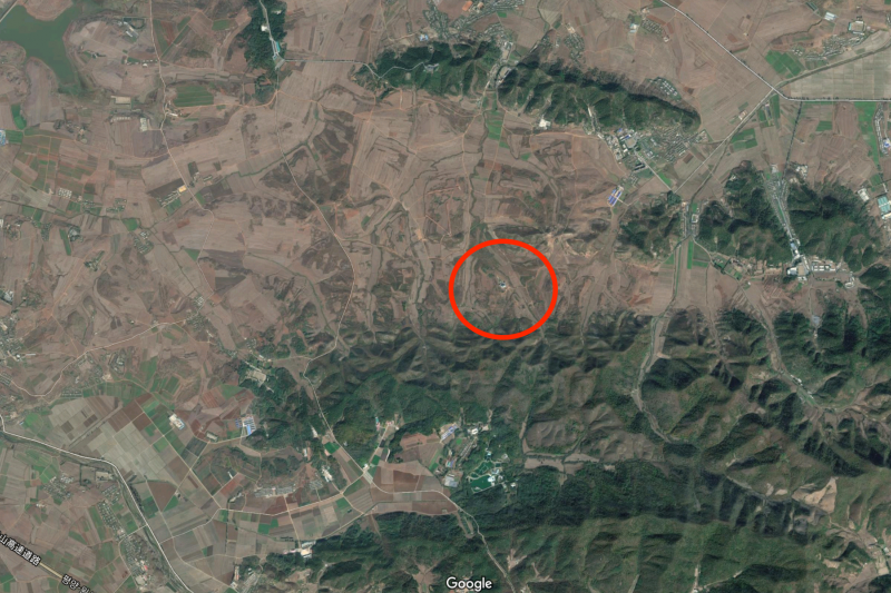 「北韓青瓦台」的衛星照。雖然位於平壤,但附近幾乎沒有其他建築物。(Google地圖)