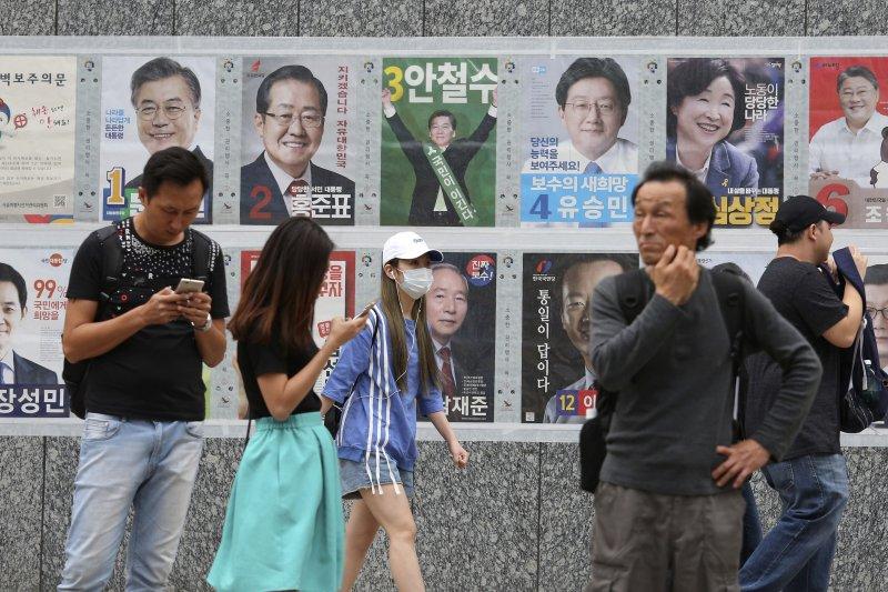 南韓大選將在9日登場,首爾街頭隨處可見候選人的競選海報。(美聯社)