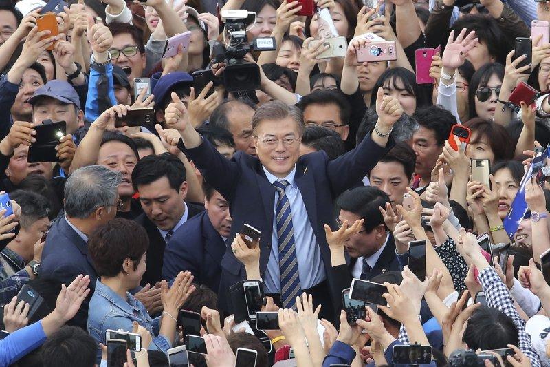 文在寅以民調領先之姿,被看好即將拿下南韓總統大選。(美聯社)