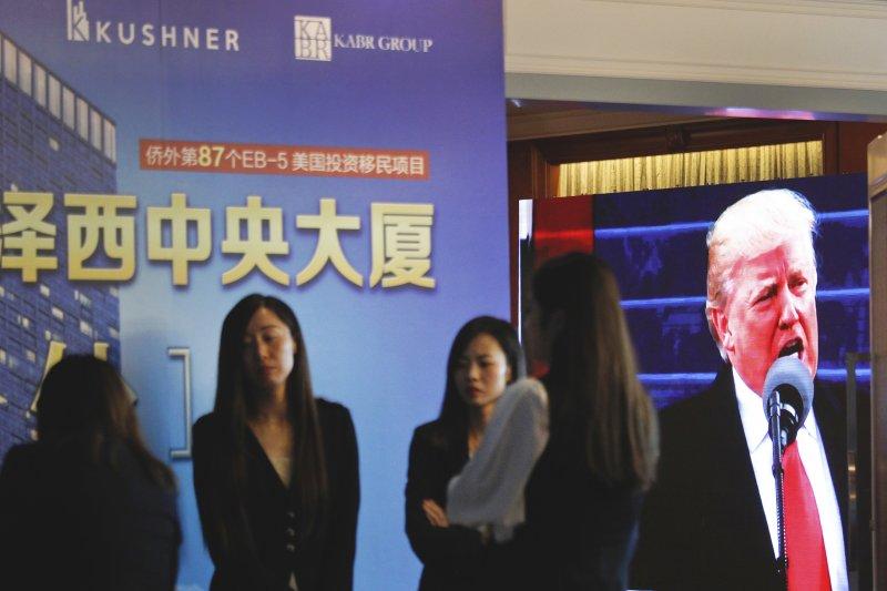在妮可・庫許納(Nicole Kushner Meyer)現身北京的一場投資移民項目(EB-5)推介會的一天之後,在投資美國展覽中,在EB-5簽證項目攤位上,中國民眾詢問信息。(美聯社)