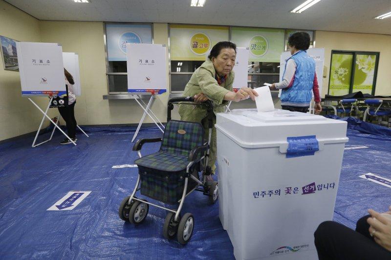 南韓民眾9日投下神聖的一票。(美聯社)