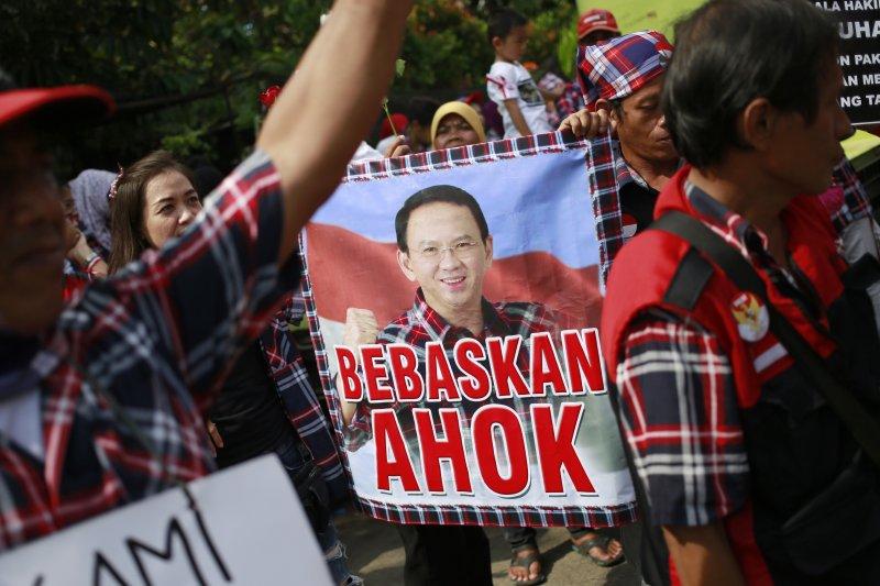 印尼雅加達華裔首長鍾萬學,因褻瀆宗教遭判刑2年,圖為支持鍾萬學的抗議群眾。(美聯社)