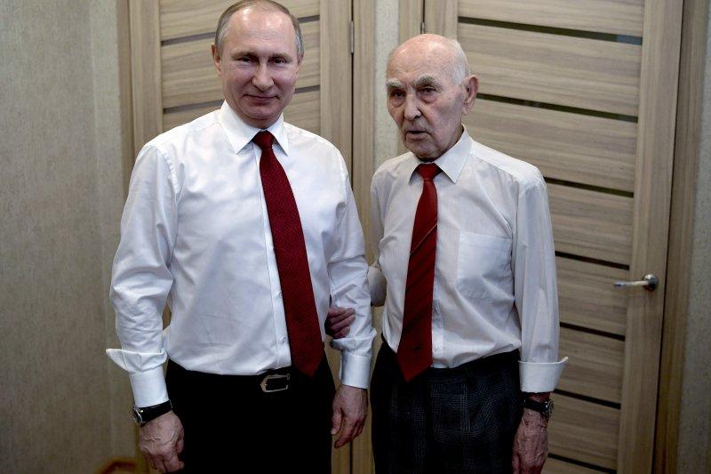 俄國總統普京(左)親自祝賀老長官馬維耶夫(右)90大壽。(美聯社)