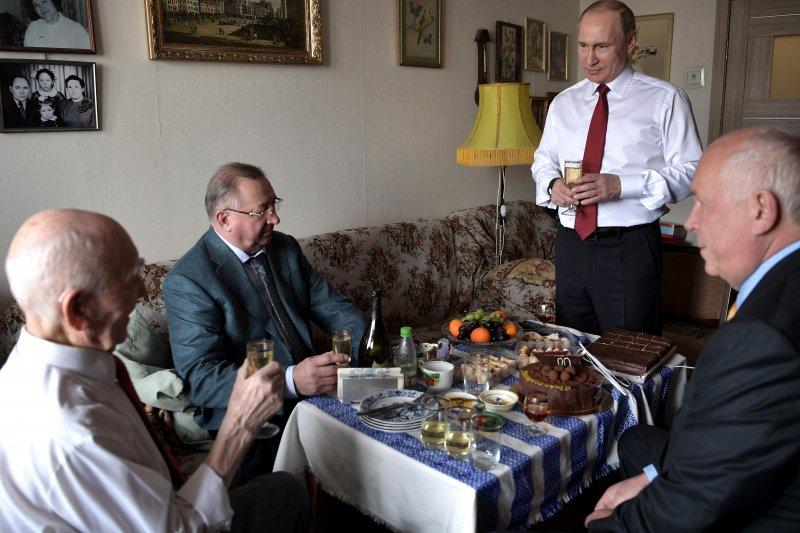 普京、車梅佐夫和托卡列夫,都曾在馬維耶夫手下工作。三人舉杯恭賀馬維耶夫90歲生日快樂,一同吃蛋糕、談論當年在東德的回憶,場面十分溫馨。(美聯社)
