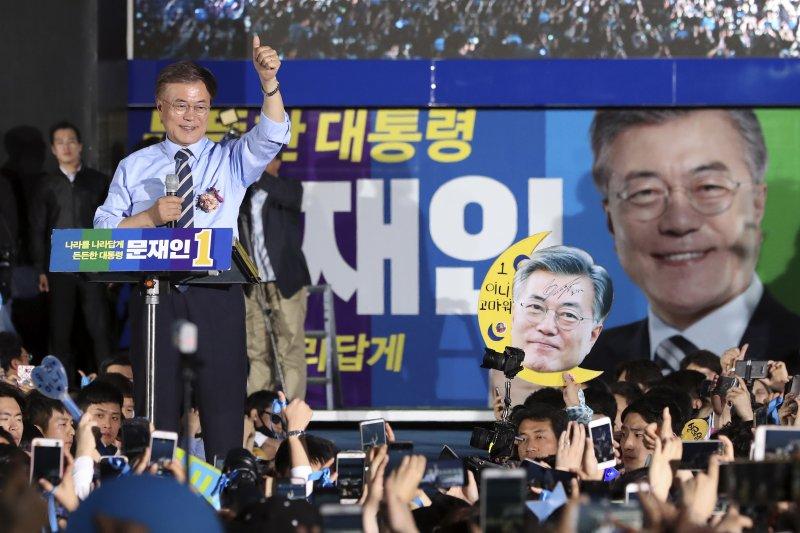 文在寅選前之夜在首爾催票。(美聯社)