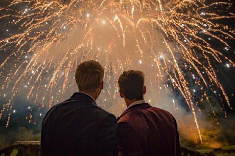 22歲的英國奧運跳水選手戴利(右)上週六和大他20歲的男友布萊克(左)完婚。(取自Tom Daley Facebook)