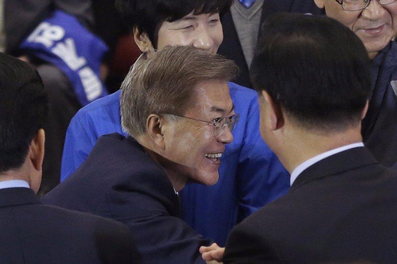 南韓總統大選9日結束投票,文在寅以41.4%支持率在出口民調領先,眾人向他道賀。(美聯社)