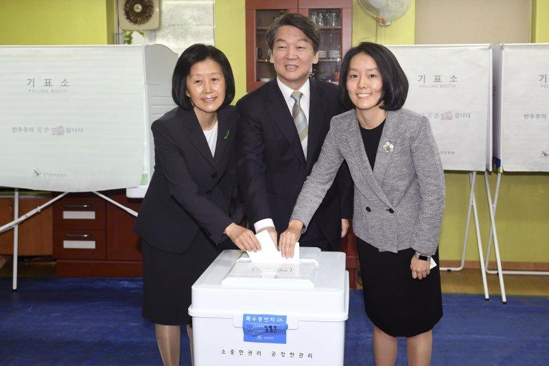 安哲秀與妻女共同投下選票。(美聯社)