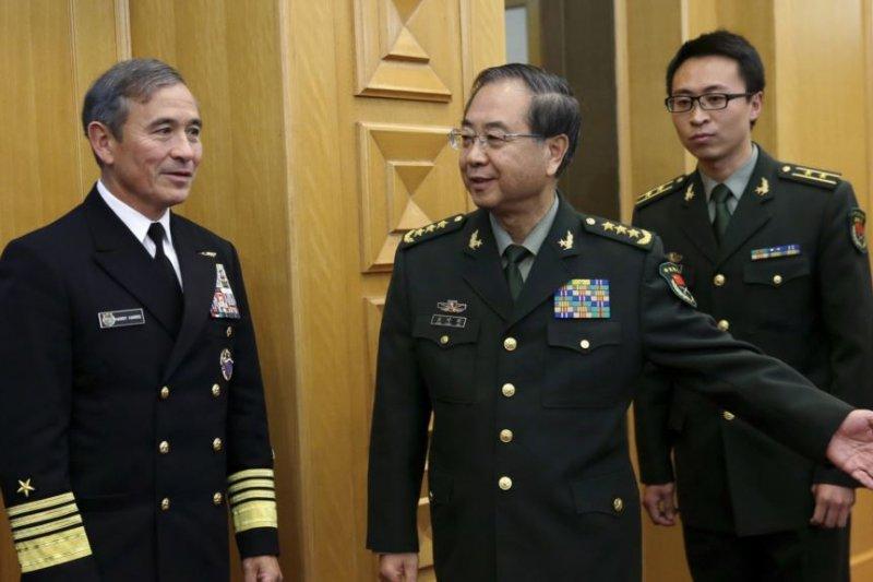 2015年11月3日美國太平洋司令部司令、海軍上將哈里斯(左)和中國人民解放軍總參謀長房峰輝(中)在北京。(圖取自美國之音)