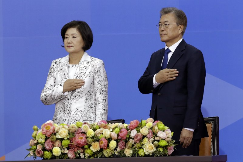 文在寅10日在國會宣誓就職,一旁是南韓第一夫人金正淑。(美聯社)