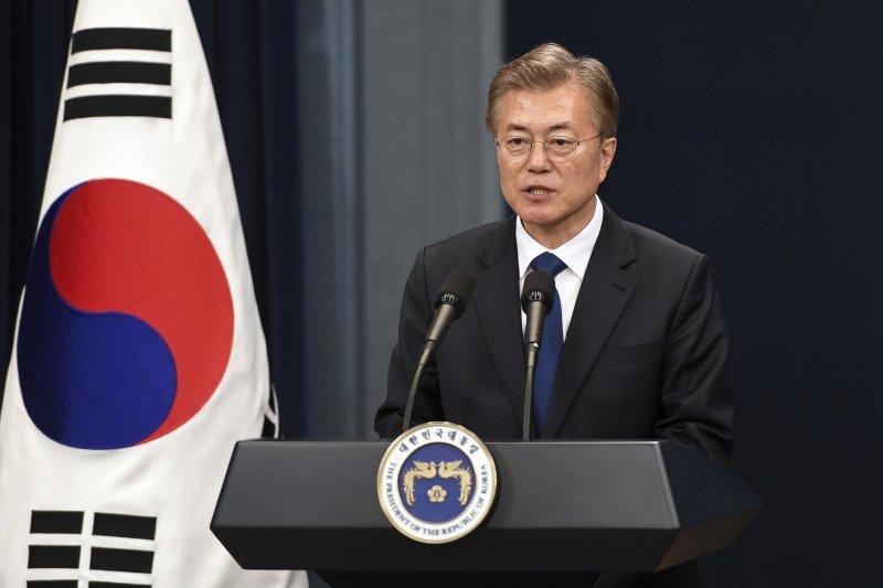南韓總統文在寅面對的「反對部署薩德,否則中國抵制」困境,至今不到兩周的積極突破作為,不管是敢於出手和政治智慧,都值得台灣當局引以為鑒。(AP)