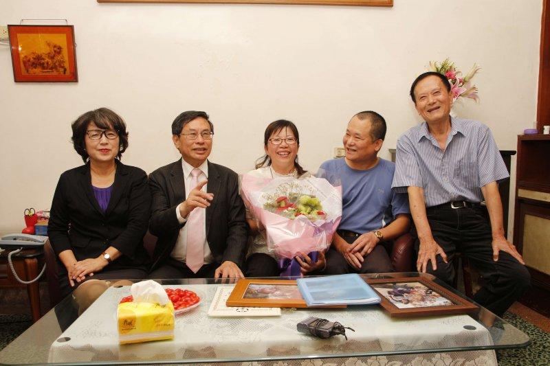 嘉義市長涂醒哲、夫人鄭玉娟拜訪家庭寄養服務長達8年的林嘉明、張春美夫婦。〔圖/嘉義市政府提供〕