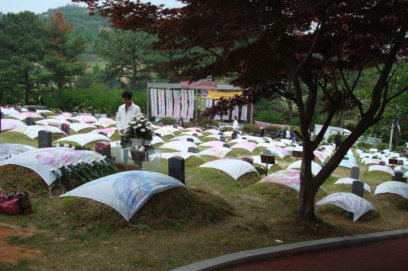 埋葬光州民主化運動犧牲者的墓園。(Rhythm@Wikipedia/CC BY-SA 3.0)