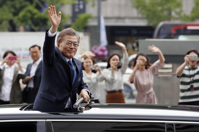 文在寅10日在宣誓就職後向首爾街頭民眾揮手致意。(美聯社)