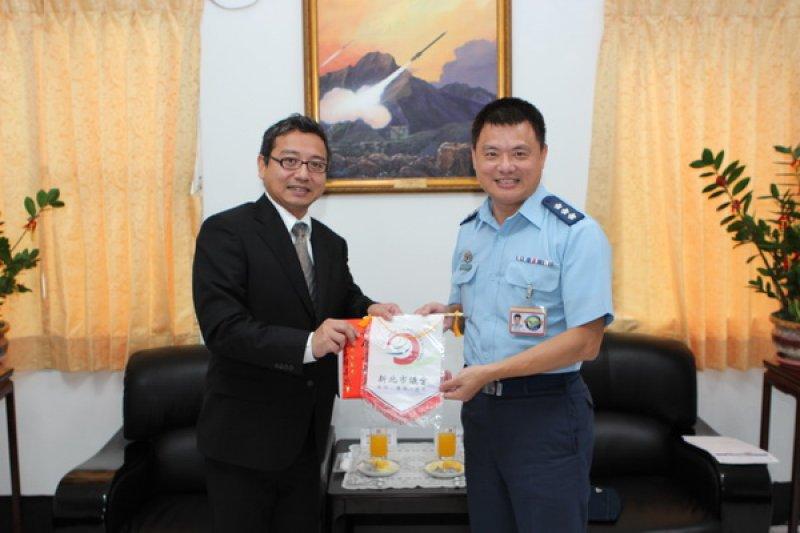 陸軍馬祖防衛指揮部副指揮官謝嘉康(右)。(取自新北市議會)
