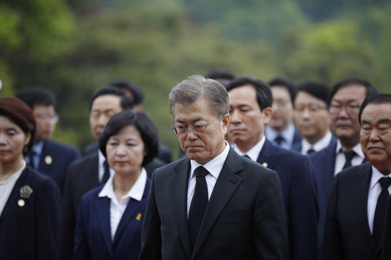文在寅在首爾顯忠院悼念陣亡將士。(美聯社)
