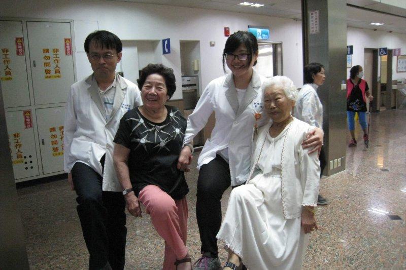 大齡長輩交流團訓練好體力,整裝待發5月13日出國去。(圖/嘉居中心提供)
