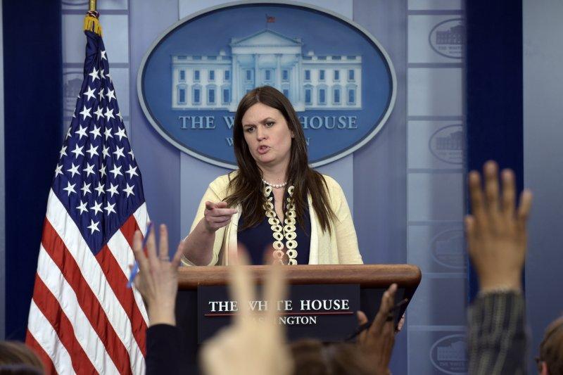 白宮副發言人桑德思(Sarah Huckabee Sanders)10日在記者會上回應記者對柯密被炒的相關問題。(美聯社)